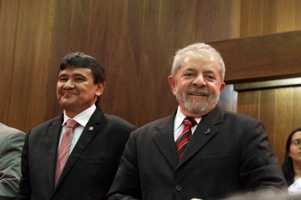 O governador do Piauí, Wellington Dias, não teve tempo nem de descer do avião, ao retornar de Salvador, e já está negociando com as principais lideranças do PT, para elaborar a agenda do ex-presidente Lula em Teresina, prevista para o início de setembro; pesquisa DataPoder 360 apontou que o ex-presidente Lula lidera, com 32% dos votos, seguido pelo deputado federal Jair Bolsonaro (PSC-RJ), com 25%, e pelo governador de São Paulo, Geraldo Alckmin (PSDB), com 4%