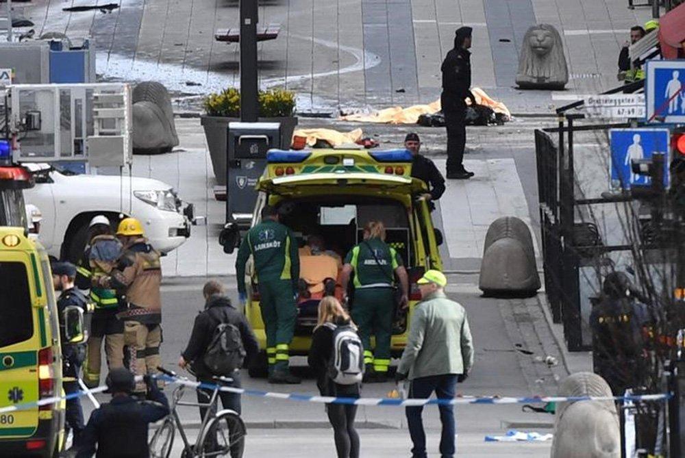 Pessoas foram mortas atropeladas por um caminhão que invadiu uma loja de departamento no centro de Estocolmo, na Suécia. 07/04/2017 TT News Agency/Fredrik Sandberg/via REUTERS