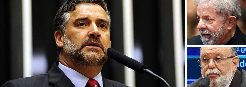 """Deputado denuncia vazamento na imprensa de um depoimento secreto e sigiloso antes mesmo de ele ter acontecido; o jornal Valor Econômico e o site O Antagonista publicaram que Léo Pinheiro, da OAS, """"afirmará que a propriedade do apartamento 164-A do edifício Solaris, no Guarujá, é mesmo do ex-presidente Luiz Inácio Lula da Silva""""; o ex-executivo da empreiteira tem depoimento marcado para esta tarde com o juiz Sergio Moro; """"Isso é criminoso e revelador, de que é um depoimento pré-combinado. É uma farsa, que tem um único objetivo: criar provas que nunca apareceram para justificar uma condenação ilegal de um presidente como Lula"""", afirma Pimenta"""