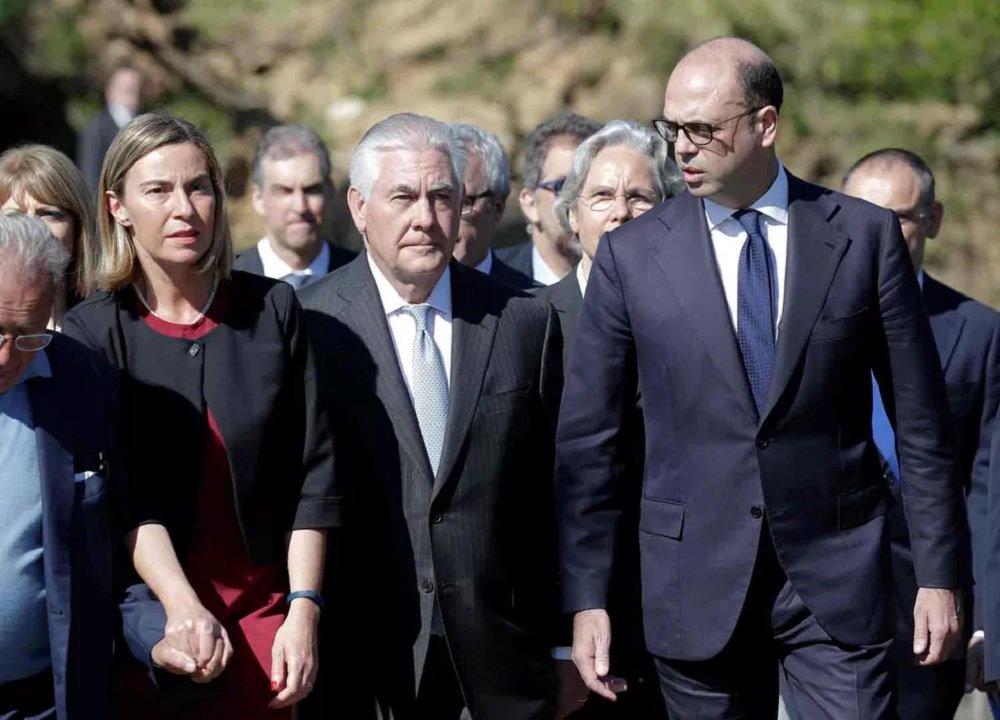 Ministros e representantes das Relações Exteriores dos países do G7 (fórum integrado por sete nações que, juntas, representam metade da economia mundial: Alemanha, Canadá, Estados Unidos, França, Itália, Japão e Reino Unido) se reúnem nesta segunda e terça-fira na cidade de Lucca, na Itália, para discutir a situação na Síria e analisar como derrotar o grupo terrorista Estado Islâmico; as reuniões, que servirão de preparação para a cúpula de chefes de governo do G7 em maio na cidade de Taormina, na Sicília, acontecem num momento de grande inquietação entre os países ocidentais por conta da ameaça terrorista e dos conflitos no Oriente Médio