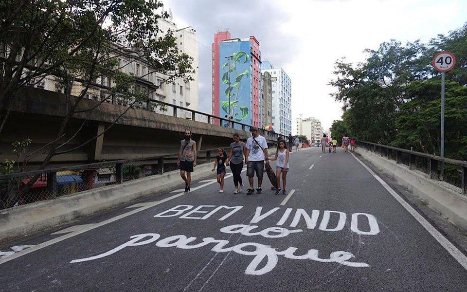 Os moradores das cercanias do Elevado João Goulart, conhecido como Minhocão, na região central de São Paulo, participaram de audiência pública para debater o futuro da via; atualmente, o local fica fechado para veículos e aberto para pedestres durante a semana a partir das 21h30, e também aos sábados e domingos; gestão de João Doria (PSDB), no entanto,quer impedir circulação de pessoas durante dias úteis e cogita abrir a via para pedestres somente das 15h30 às 19h aos sábados e das 10h às 16h aos domingos