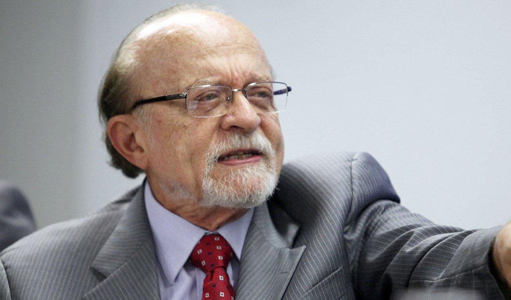 """Para o vice-presidente nacional do PSDB, o ex-governador de São Paulo Alberto Goldman, o senador e presidente afastado da legenda, Aécio Neves (MG), é um """"coronel"""" que se tornou em """"uma figura extremamente danosa"""" para a imagem da sigla tucana; Goldman também ressaltou que o partido enfrenta um grande desgaste com muitas de suas lideranças envolvidas na Lava Jato e que o governador e pré-candidato do PSDB à Presidência da República, Geraldo Alckmin, """"não é grande figura de expressão nem liderança nacional""""; Goldman também descartou a possibilidade de apoiar um nome novo na política, como o apresentador Luciano Huck para as eleições de 2018"""