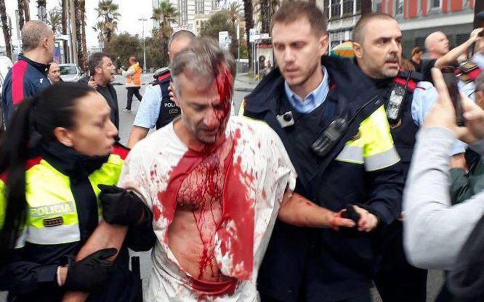 Serviços de saúde da Catalunha prestaram atendimento médico a 893 pessoas - quatro em estado grave - como resultado de ferimentos sofridos durante confrontos com a polícia no domingo (1); polícia espanhola usou cacetetes e balas de borracha para frustrar uma votação sobre a independência na Catalunha
