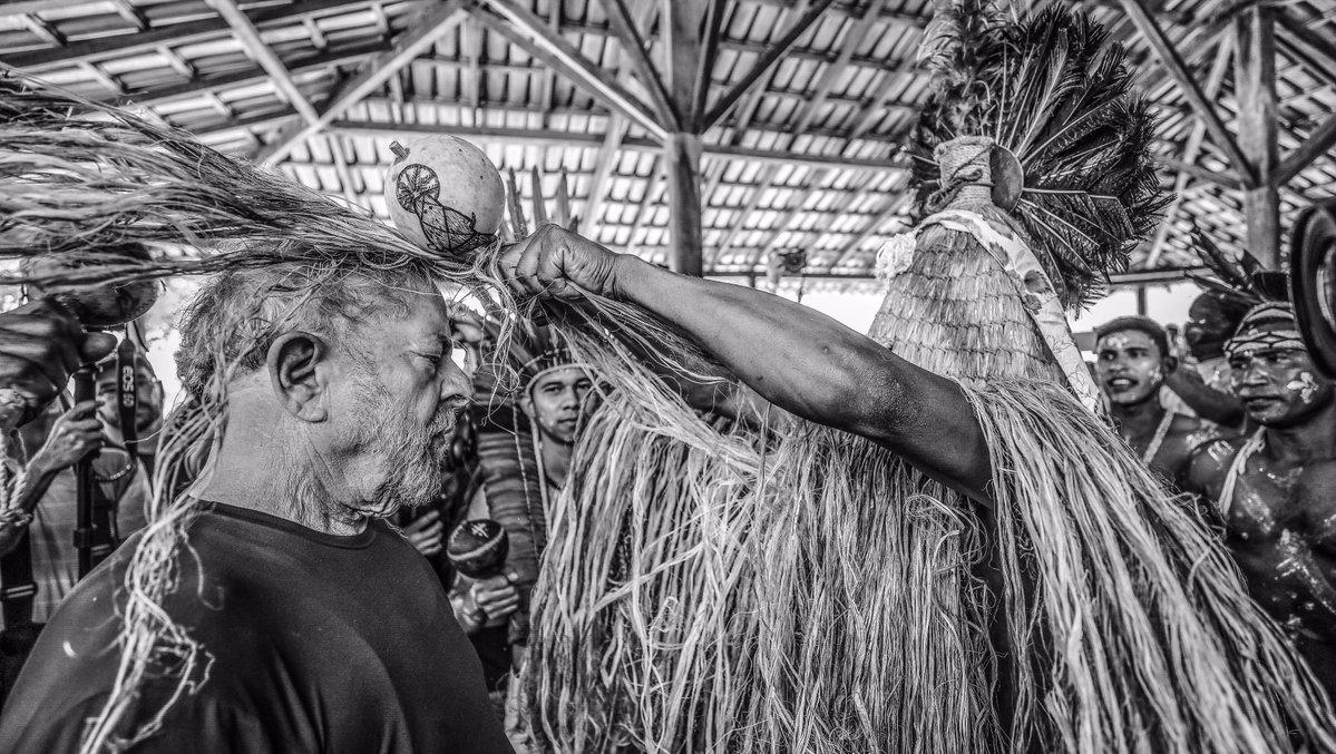 """Ex-presidente Lula criticou as ações do governo Temer contra a indústria nacional do petróleo e em favor de petroleiras internacionais; """"Quando nós descobrimos o pré-sal, aprovamos a lei da partilha que dizia que o petróleo é nosso. Eles vão acabar com isso.Aprovamos uma lei que dedicava 75% dos royalties para a educação. Eles vão acabar com isso. É com isso que vocês têm de se preocupar"""", disse a estudantes, em visita nesta quinta-feira 26 ao campo de Salinas do Instituto Federal do Norte de Minas Gerais; em outro discurso realizado mais cedo, emCoronel Murta,onde recebeu bênção da Índia Benvina Pankararu, Lula destacou que a""""votação ontem de Temer custou 12 bilhões, dinheiro que falta para investimentos no país e para a aposentadoria rural"""""""