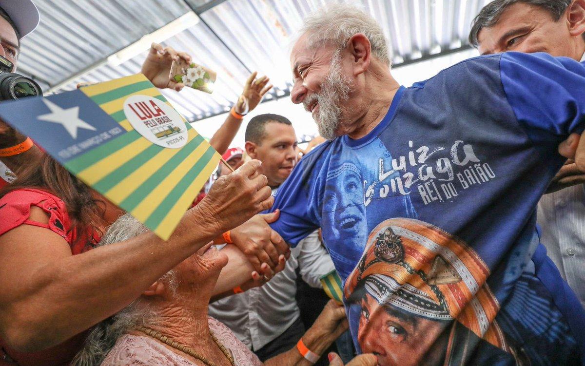 """Num discurso em que lembrou sua ida ao interior do Piauí em 1982, o ex-presidente Lula comentou sobre a miséria daquela época e de como queria se eleger presidente para que o brasileiro pudesse comer três refeições no dia; """"Tenho orgulho de dizer que depois de 12 anos de governo de PT, o Brasil saiu do mapa da fome. Agora está voltando"""", lamentou, desta vez na cidade de Altos; segundo Lula, o """"pessoal que deu o golpe na Dilma usou a televisão para mentir ao povo brasileiro. E agora estão destruindo o que foi feito""""; """"Eles estão vendendo o Brasil"""", criticou, para anunciar em seguida: """"a gente tem a certeza que o Brasil vai retomar seu caminho pela democracia. Nas urnas quem manda é o povo"""""""