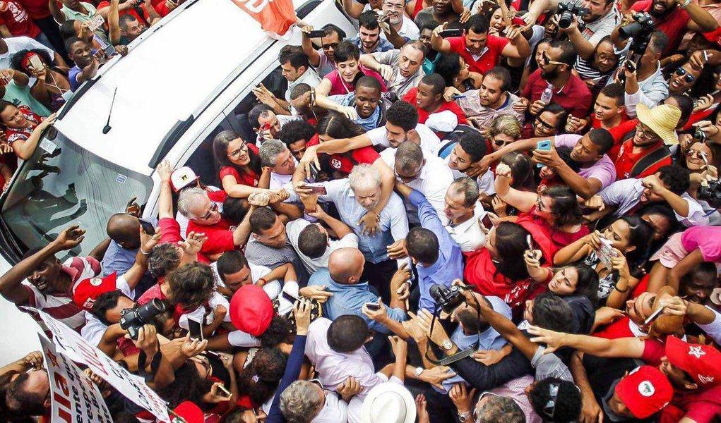 """Apesar da liminar de um juiz que impedia a Universidade Federal do Recôncavo Baiano (UFRB) de conceder ao ex-presidente Lula o título de Doutor Honoris Causa, Lula, que está em Cruz das Almas (BA), foi recebido com muita festa pela população e dedicou a homenagem aos negros e negras que conseguiram chegar à universidade; """"Esse título não é meu, é de cada negro e negra que se formaram em uma universidade.Um pouco do sucesso da política e do acerto econômico é você ter consciência política de que lado você está"""", disse Lula;""""Se os políticos que têm diploma não sabem governar, talvez seja necessário um torneiro mecânico voltar a governar"""", acrescentou"""