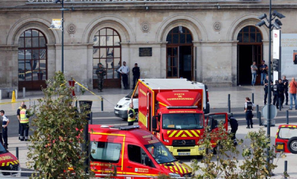"""Soldados franceses dispararam e mataram um homem neste domingo depois que ele esfaqueou e matou duas mulheres na principal estação ferroviária de Marselha, disse o Ministério do Interior francês, em um incidente que fontes da polícia classificaram de """"provável atentado terrorista""""; três fontes da polícia disseram que o suspeito havia gritado """"Allahu Akbar"""" (Deus é grande) quando realizou o ataque"""