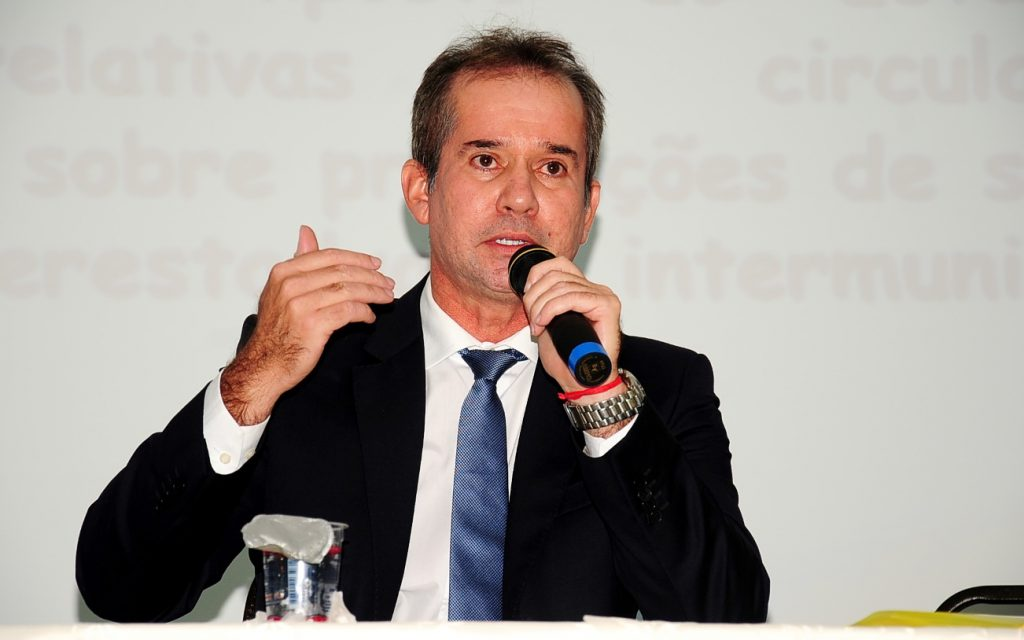 """De acordo com o secretário Marcellus Alves Ribeiro (Fazenda), o impacto do ajuste nas alíquotas de ICMS no preço final de produtos ou serviços é inferior a quatro centavos; """"O aumento do ICMS, se fosse totalmente repassado ao preço, é de menos de quatro centavos"""", afirmou; nos combustíveis, por exemplo, considerando um litro de gasolina a R$ 3,6140, uma alíquota de 25% resulta num valor final de R$ 0,9035; a a alíquota de 26% aprovada corresponde a 0,9396, ou seja, um aumento menor que R$ 0,04"""