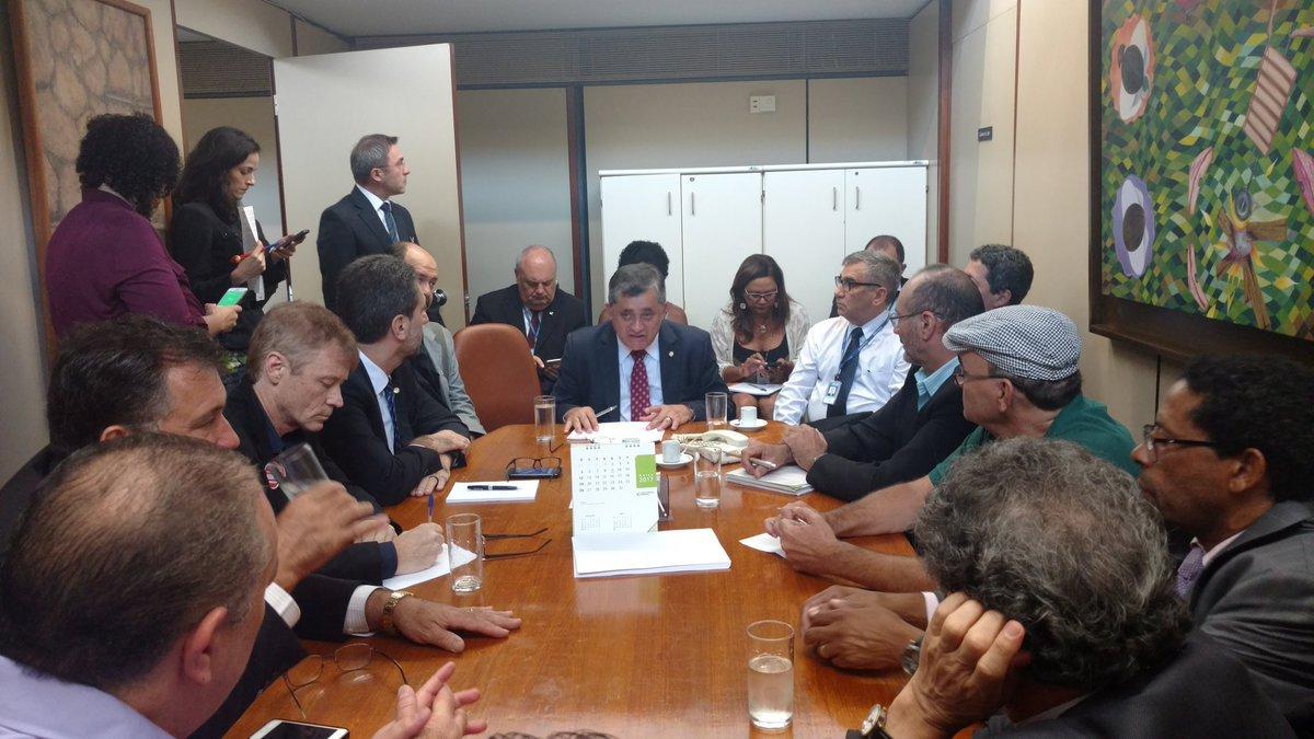 O deputado José Guimarães (PT-Ce), líder da minoria na Câmara Federal, realizou esta manhã uma reunião com lideranças sindicais e deputados da oposição para discutir as estratégias para barrar a aprovação do projeto de terceirização (PL 4302/98) que foi colocado na pauta pelo presidente Rodrigo Maia.A matéria é o único item da pauta de hoje