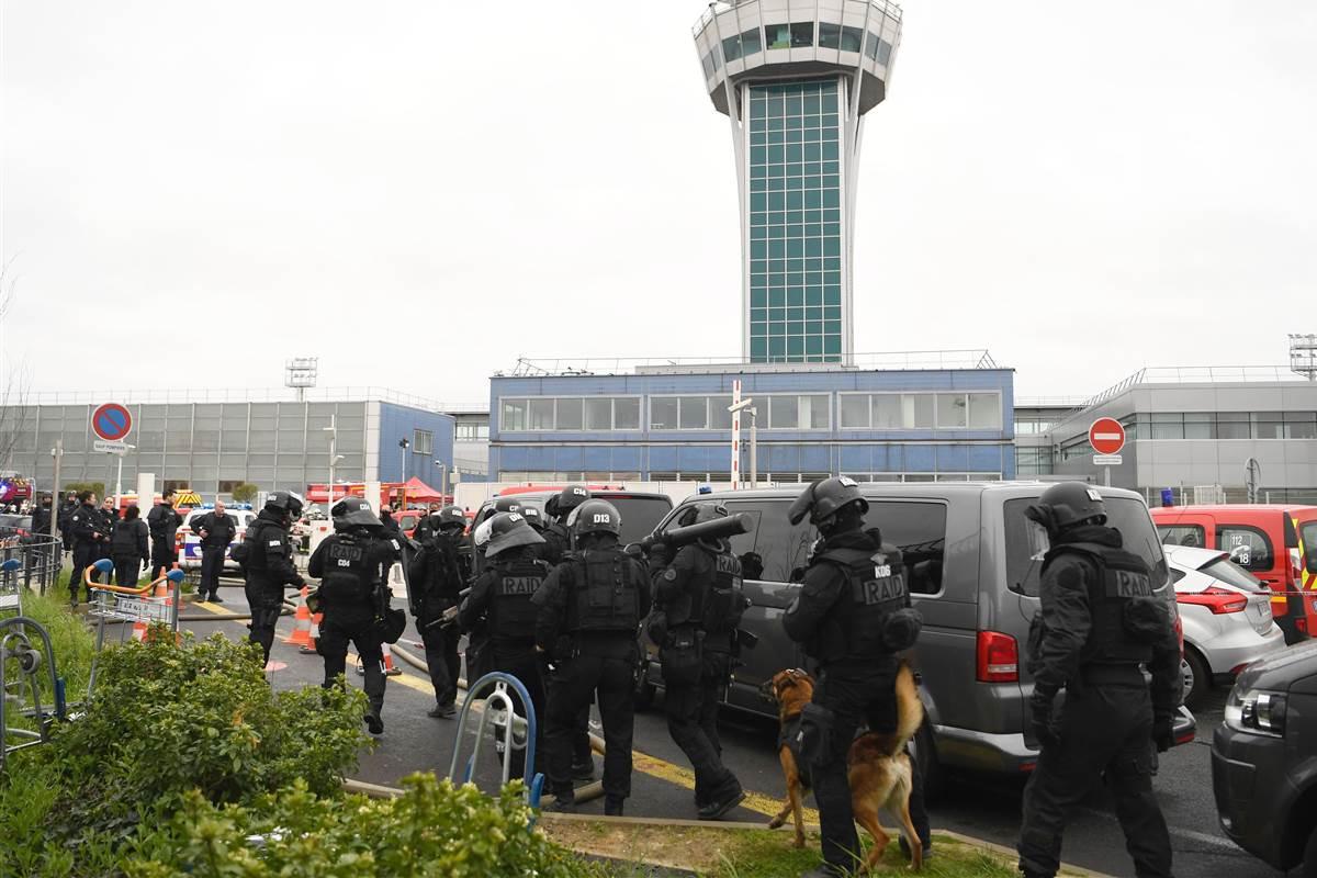 Um homem foi morto hoje (18) no aeroporto de Orly, em Paris, pelas forças policiais, depois de ter roubado uma arma de um militar do serviço de vigilância antiterrorista, anunciou o Ministério do Interior francês; oaeroporto de Orly foi evacuado após o incidente por medida de segurança, para a polícia investigar se não havia vestígio de explosivos ou outro tipo de ameaça