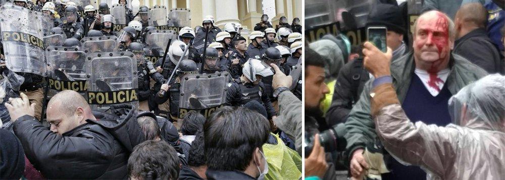 Câmara Municipal de Curitiba é ocupada em protesto contra o ajuste fiscal proposto pela Prefeitura; policiais usaram cassetetes para conter os manifestantes e quatro pessoas ficaram feridas; desde o dia 13, a Câmara tenta votar propostas do ajuste fiscal e servidores contrários às medidas estão em greve desde 12 de junho