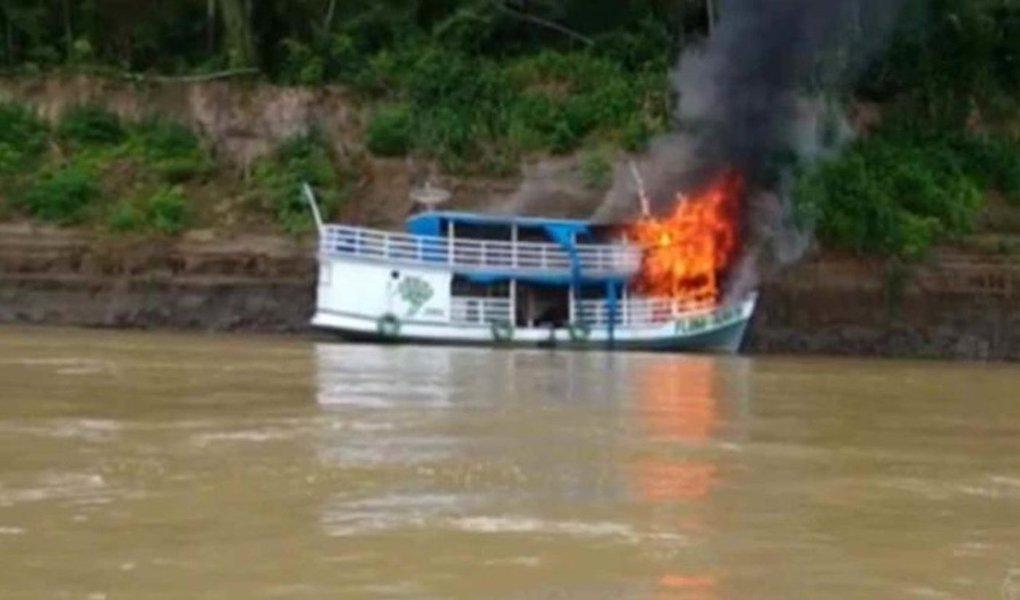 Depois de colocarem fogo nos escritórios do Ibama, Incra e Instituto Chico Mendes (ICMBio), dessa vez um barco do ICMBio foi incendiado, durante um novo ataque em Humaitá, no Sul do Amazonas; garimpeiros são suspeitos do crime, que teria sido cometido em represália a uma operação dos órgãos ambientais contra o garimpo ilegal; depois do ataque, funcionários do Instituto Brasileiro de Meio Ambiente e dos Recursos Naturais Renováveis (Ibama), que atuavam na cidade, deixaram o município escoltados por policiais