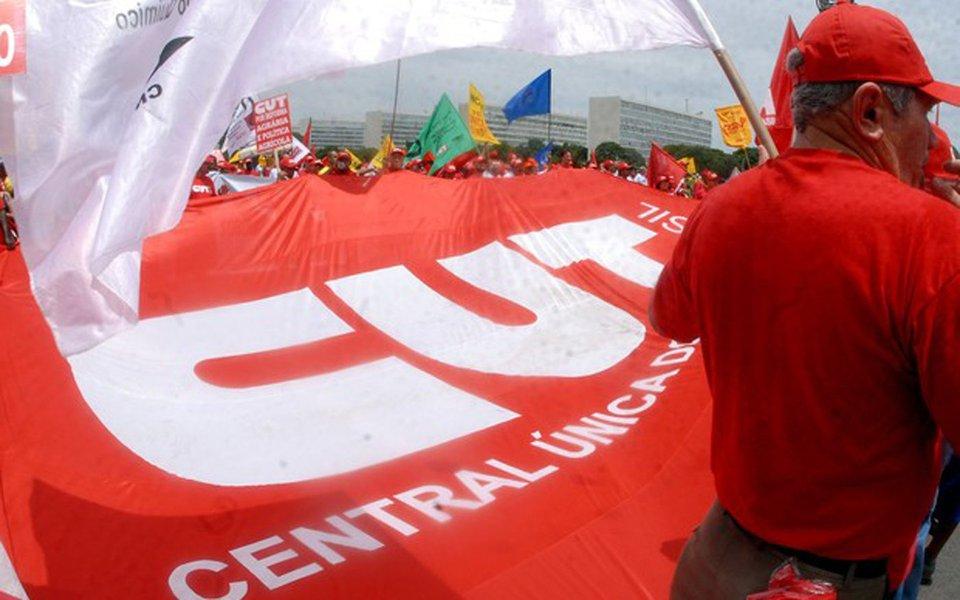 """Presidente da CUT, Vagner Freitas, pretende lançar uma campanha para colher 1,3 milhão de assinaturas em apoio a um projeto de lei de iniciativa popular que anule os efeitos da reforma trabalhista; segundo ele, a campanha será uma forma de os sindicatos estreitarem seu contato com os trabalhadores, agora com """"muito mais moral"""" para cobrar o alerta que faziam antes do impeachment – o de que o golpe que derrubou Dilma Rousseff não era contra Dilma, mas contra todos os direitos conquistados nas últimas décadas; """"O desemprego é assustador, a crise de credibilidade do país é sem tamanho, a economia está destroçada e sem rumo – a nave está completamente desgovernada"""", disse"""