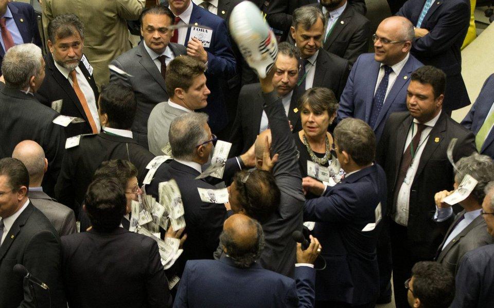 """Para acientista política Maria do Socorro Sousa Braga, da Universidade Federal de São Carlos (UFSCAR), o arquivamento da denúncia de corrupção contra Michel Temer pela Câmara """"fortalece também as investidas do grupo que está no poder, para tentar continuar as reformas, principalmente a da Previdência, ou pelo menos algum tipo de reforma da Previdência""""; em sua avaliação, quem mais perdeu com a vitória de Temer na Câmara foi a democracia; """"Para a democracia do país é uma grande derrota"""", afirma"""