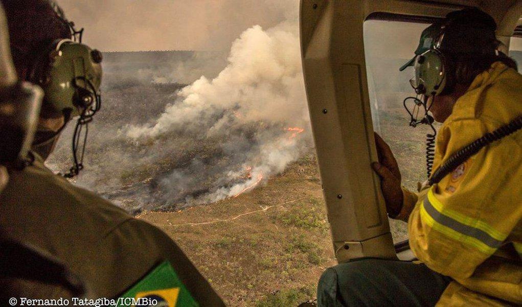 Incêndio que está assolando o Parque Nacional da Chapada dos Veadeiros, em Goiás, desde o dia 17 de outubro foi criminoso, na avaliação do ICMBio); suspeitas são de que o incêndio foi iniciado por fazendeiros da região, em represália à recente ampliação da área do parque; de acordo com o órgão, o fogo ainda não foi controlado e já atingiu 22% do parque