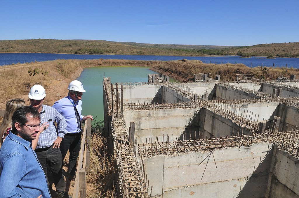 Retomada em 4 de setembro, a parte goiana das obras do Sistema Produtor Corumbá está com a estrutura de captação de água 60% executada e com 97% da adutora construída; a entrega está prevista para dezembro de 2018; a partir dessa data, terá início uma fase de três meses de testes. O presidente da Caesb, Maurício Luduvice, acompanhou o ritmo dos trabalhos do governo de Goiás; segundo ele, Corumbá dará vazão a cerca de 30% do total captado hoje no DF; o orçamento é de R$ 540 milhões, divididos de forma igualitária entre Distrito Federal e Goiás