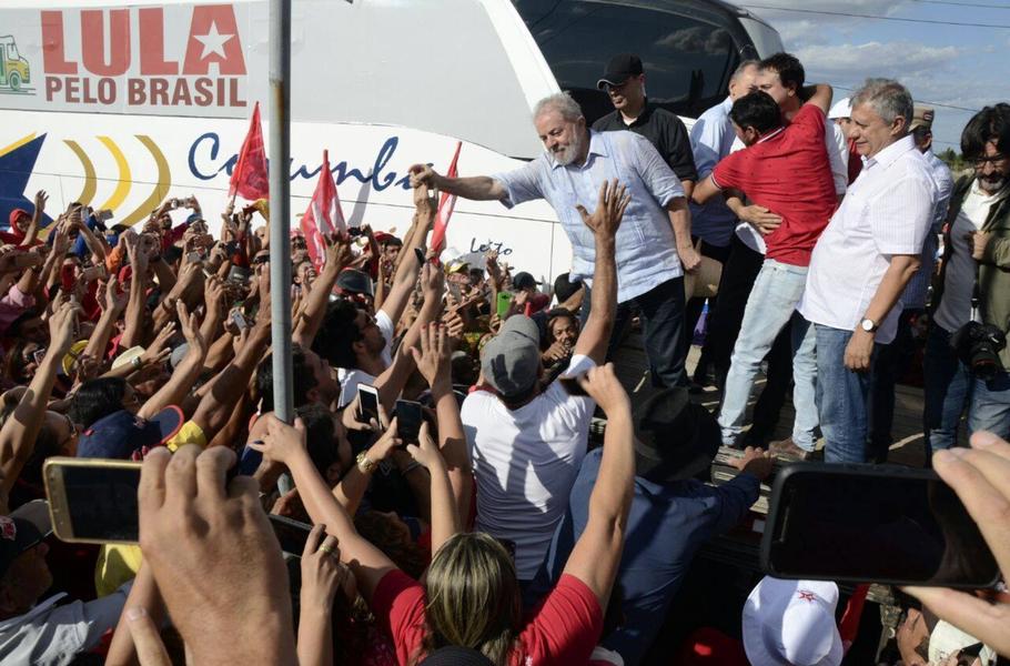 """Em passagem por Iguatu, no Ceará, o ex-presidente Lula disse que está andando pelo País para se """"defender dessa campanha safada e mentirosa que estão fazendo contra mim"""", referindo-se à atuação da grande mídia nacional e de setores da Justiça Brasileira. Para o petista, o objetivo é evitar que ele seja candidato em 2018. """"Eu não tenho revista, não tenho televisão, não tenho rádio. A única coisa que eu tenho é a minha honra. Quem quiser evitar que eu conserte esse país, que eu seja candidato, que venha para a rua""""."""