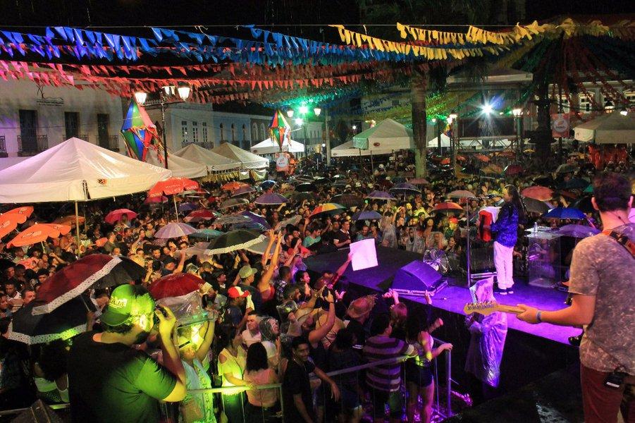 A segunda noite de programação dos festejos de São João na capital baiana tem atrações para todos os gostos. O forró tradicional de Flávio José é destaque no palco montado no Terreiro de Jesus, no Pelourinho, às 21h, nesta sexta-feira; no mesmo palco, o arrasta pé está garantido por atrações como Cicinho de Assis e Jó Miranda; também no Centro Histórico, Tio Barnabé, Colher de Pau e Val Macambira animam o Largo do Pelourinho a partir das 17h;confira a programação completa