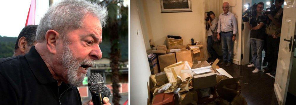 """""""Lá se vai um ano desde que a Polícia Federal levou todos os computadores da sede do Instituto Lula. Nenhum equipamento foi devolvido até agora"""", denuncia texto divulgado no site do ex-presidente Lula, que afirma que """"as injustificadas apreensões da PF não podem virar confisco"""""""