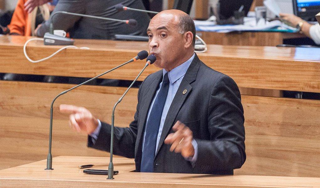 Projeto de autoria do deputado Wellington Luiz (PMDB), prevê que as empresas concessionárias de energia elétrica e de água e esgoto não poderão cobrar multas e juros nas faturas de servidores públicos do DF, ativos e inativos, inclusive os de autarquias e empresas públicas, quando ocorrer atraso ou parcelamento de suas remunerações; o teor da proposta foi aprovado pela Comissão de Economia, Orçamento e Finanças (CEOF) da Câmara Legislativa