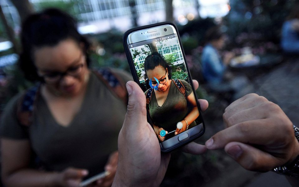 Pesquisa aponta que o percentual de brasileiros que vê vídeos na internet (42% da população) já supera os que assistem TV a cabo (37%); entre os adolescentes, a televisão é um ser cada vez mais estranho: 89% responderam estar conectado à internet ao mesmo tempo em que estão à frente da tela tradicional
