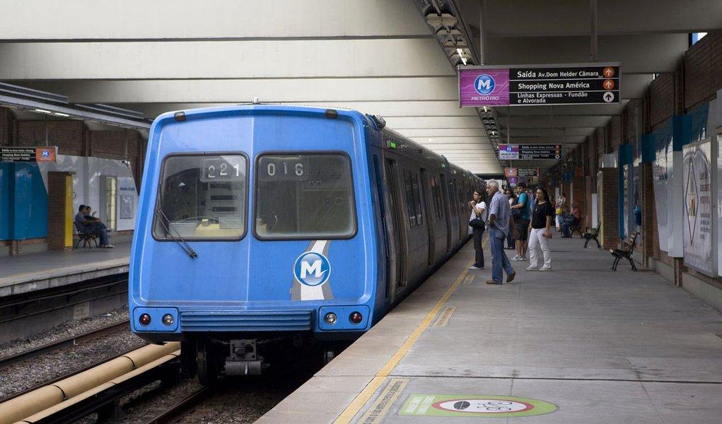 A Polícia Federal (PF) cumpre dois mandados de prisão preventiva por suspeita de corrupção na construção da Linha 4 do metrô do Rio; os suspeitos presos são um ex-subsecretário estadual de Transporte e um diretor da Companhia de Transportes sobre Trilhos do Estado do Rio de Janeiro