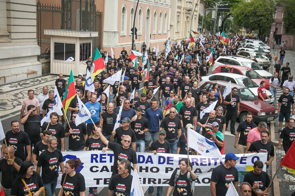 10/03/2017 - PORTO ALEGRE, RS - Caminhada dos servidores da Corsan e do Sindiágua contra as privatizações do governo Sartori.