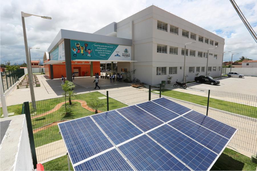 A Escola de Tempo Integral Professor Alexandre Rodrigues de Albuquerque, no bairro Siqueira, é a primeira instituição pública de ensino do Ceará a funcionar com energia solar. A unidade, que será inaugurada oficialmente na próxima sexta (10), conta com 10 placas fotovoltaicas para produção da sua própria energia, estimada em 4.500 kWh/ano, gerando uma economia de cerca de R$ 2 mil/ano