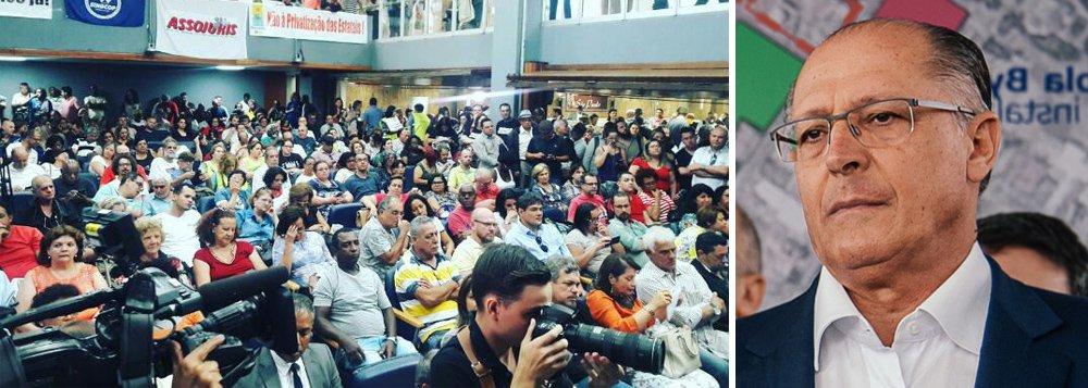 Servidores públicos paulistas se mobilizam e fazem protesto na Assembleia Legislativa do Estado de São Paulo nesta terça-feira (17) contra o projeto de lei do governador Geraldo Alckmin (PSDB) que quer congelar investimentos públicos; pela proposta, o governo paulista só poderá aumentar os investimentos de acordo com a inflação do ano anterior; para as centrais sindicais e parlamentares, a iniciativa é similar à adotada pelo governo Temer com a PEC do Teto, que congelou os investimentos públicos por 20 anos
