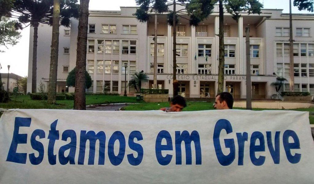 Por unanimidade, professores de Curitiba aprovaram greve por tempo indeterminado a partir de 15 de março contra a reforma da previdência; além da luta nacional contra a Reforma da Previdência, a greve do magistério também vai cobrar a implantação do Plano de Carreira, contratação e melhores condições de trabalho