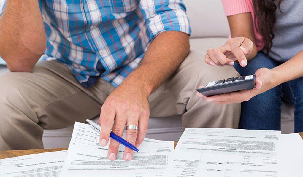 A proporção de famílias com dívidas passou de 55,6% em janeiro para 56,2% em fevereiro, segundo Pesquisa Nacional de Endividamento e Inadimplência do Consumidor, da Confederação Nacional do Comércio de Bens, Serviços e Turismo (CNC); já o índice de inadimplentes, ou seja, de famílias com alguma dívida ou conta em atraso, cresceu de 22,7% em janeiro para 23% em fevereiro; também houve aumento do percentual de famílias que não terão condições de pagar suas dívidas, de 9,3% para 9,8%