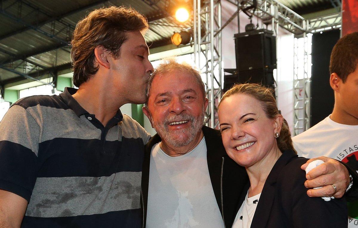 """Em entrevista ao Diário do Centro do Mundo, o senador Lindbergh Farias (PT-RJ) confirmou que a intenção do PT é oficializar a pré-candidatura do ex-presidente Lula à presidência da República no próximo mês de abril; """"Eu defendi isso e praticamente não tem ninguém contra. Antecipar a candidatura do Lula para abril, até porque a gente não sabe se esse governo Temer acaba. Temos muitos fatores imponderáveis. Uma delação do Eduardo Cunha, por exemplo"""", afirmou;""""Acho que não é 'Lula 2018', é 'Lula agora'"""", afirmou"""