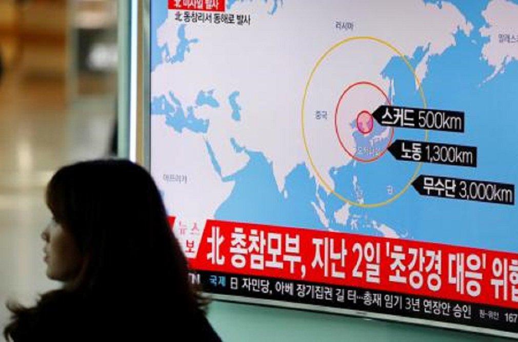 Televisão exibe reportagem sobre lançamento de mísseis balísticos da Coreia do Norte, em estação de trem de Seul, na Coreia do Sul. 06/03/2017 REUTERS/Kim Hong-Ji