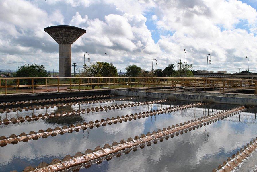 O consórcio americano liderado pela EY/Felsberg/Muzzi/Ema venceu a proposta nos pregões eletrônicos realizados pelo Banco Nacional de Desenvolvimento Econômico e Social (BNDES); ele vai ficar responsável pela contratação de serviços técnicos especializados para estruturação de projetos de participação privada do fornecimento de água e esgotamento sanitário em Alagoas, relativamente ao Estado e à Companhia de Saneamento, a Casal