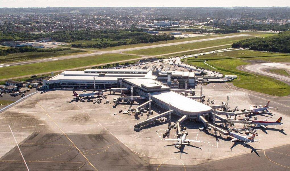 Francesa Vinci Airports ficou com direito de administrar o aeroporto de Salvador, ofertando ágio de cerca de 113%; já a suíça Zurich ficou com Florianópolis, ao propor lance que embutiu ágio de 58% e a alemã Fraport venceu o leilão dos terminais de Fortaleza e Porto Alegre (RS), com oferta ágios de 18% e 852 por cento, respectivamente; em 2016, ano do golpe parlamentar contra Dilma Rousseff, a demanda por voos domésticos no Brasil caiu 5,7%, primeira queda desde 2003