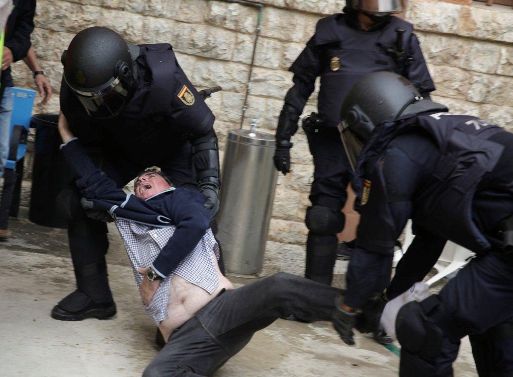 O referendo pela independência da Catalunha foi encerrado na tarde deste domingo com forte repressão policial; quase mil pessoas ficaram feridas; votação foi convocada por separatistas e considerada ilegal pelo governo espanhol; número de vítimas atendidas por serviços médicos em decorrência da ação policial para reprimir a votação chegou a 761, de acordo com o governo regional da Catalunha