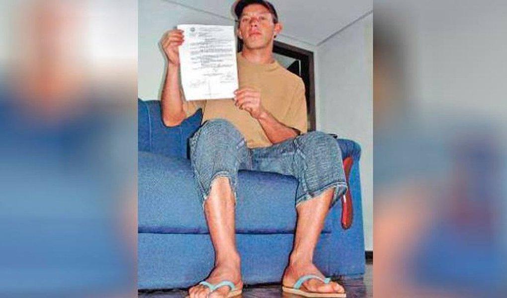 """1ª Vara Federal de Paranaguá (PR) condenou o juiz da 21ª Vara Trabalhista de Curitiba, Bento Luiz de Azambuja Moreira, a ressarcir a União em R$ 12,4 mil por adiar audiência porque o lavrador Joanir Pereira calçava chinelos; na sessão, ocorrida em 2007, o então juiz da 3ª Vara do Trabalho de Cascavel (PR) afirmou que não iria """"realizar esta audiência, tendo em vista que o reclamante compareceu em Juízo trajando chinelo de dedos, calçado incompatível com a dignidade do Poder Judiciário"""""""