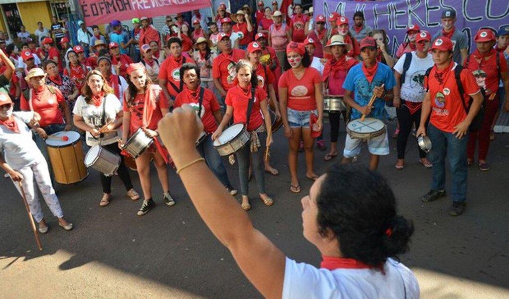 """Integrantes do MST fazem uma manifestação contra a reforma da Previdência, nas cidades de Londrina, Maringá, Rolândia e Apucarana, no norte do Paraná; segundo a coordenadora regional do MST Ceres Hadich, o protesto faz parte da Jornada Nacional de Lutas das Mulheres, e entre os temas mais preocupantes é a reforma da Previdência; """"Nós queremos denunciar e também dialogar com a sociedade sobre as consequências dessa reforma que vai prejudicar, principalmente, as mulheres"""""""