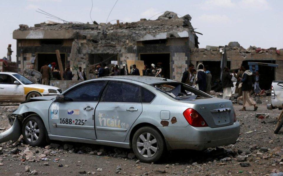 Forças militares da Arábia Saudita bombardearam nesta quarta-feira, 23, um hotel próximo da capital do Iêmen, Sana'a; pelo menos 35 pessoas, incluindo rebeldes e civis, morreram, e dezenas foram feridas, relatam oficiais citando oficiais e testemunhas oculares