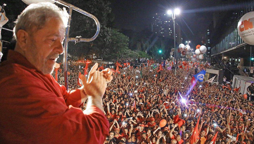 Em primeiro lugar em todos as pesquisas sobre sucessão presidencial, o ex-presidente Lula lidera, nesta quarta-feira 15, protestos contra o golpe de 2016 e as reformas de Michel Temer, que eliminam as garantias trabalhistas e acabam com as aposentadorias de 70% dos brasileiros, segundo o Dieese; nesta tarde, em Brasília, Lula depôs na Lava Jato e disse ser vítima de um massacre judicial; no depoimento, ele também afirmou que vai matar os adversários de raiva, porque vai continuar aparecendo em primeiro lugar nas pesquisas; estão programadas manifestações em várias cidades de 23 estados e no Distrito Federal; confira os locais