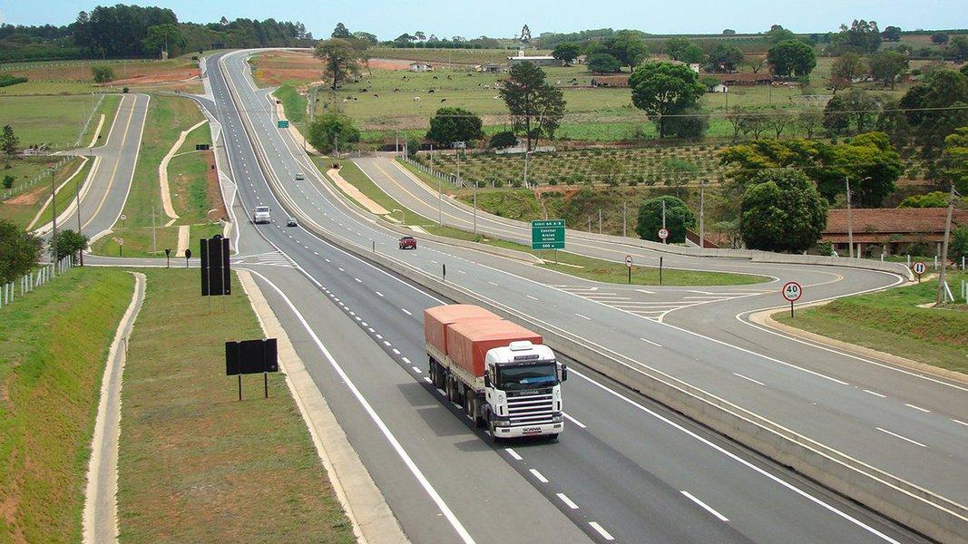 Os brasileiros estão viajando menos na era Temer-Meirelles;a CCR teve lucro líquido de R$ 169,5 milhões no quarto trimestre, queda de 30,8% ante o mesmo período do ano anterior, em meio a recuo no tráfego, segundo dados divulgados pela empresa de concessões de infraestrutura nesta segunda-feira