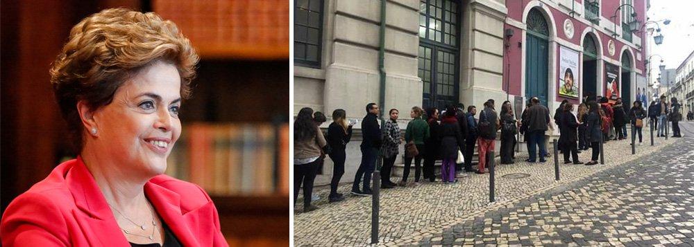 Tratada como presidente legítima do Brasil, o que de fato é, Dilma Rousseff está fazendo sucesso em Portugal; os ingressos para sua palestra, que acontece na tarde de quarta-feira em Lisboa, esgotaram-se em 20 minutos, deixando centenas de pessoas sem conseguir bilhetes mais de 24 horas antes do evento; devido à alta demanda, a organização da palestra estuda colocar um telão para as pessoas que ficarem de fora consigam também acompanhar a palestra, que abordará os ataques à democracia brasileira; fila para retirar os bilhetes deu a volta no quarteirão