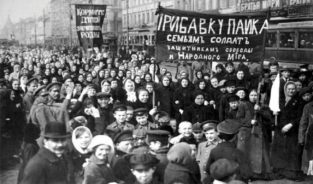 """""""Naquele longínquo oito de março dezenas de milhares de mulheres indignadas paralisaram o trabalho e marcharam pelas ruas da cidade com cartazes que diziam """"Pão para os nossos filhos!"""" e """"Retorno de nossos maridos das trincheiras!"""". A Rússia czarista estava mergulhada na sangrenta Primeira Guerra Mundial e colhia resultados bastante negativos. Milhões morriam ou eram feridos nos campos de batalha. Nas cidades reinavam a fome e a miséria"""", lembra o historiadorAugusto César Buonicore"""