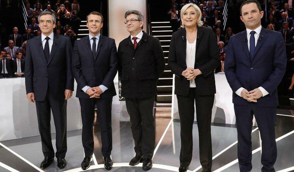 Berlim se preocupa tanto com o radicalismo de direita quanto com o de esquerda. A candidata de extrema-direita Marine Le Pen tem uma plataforma antieuropeia, propõe a saída da França do bloco e do comando militar da Otan, defende políticas ultranacionalistas, autoritárias e já demonstrou estar alinhada com as ideias de Donald Trump e até com o presidente russo, Vladimir Putin. Isso é tudo que o governo alemão não deseja. Mas Berlim teme igualmente a esquerda. O candidato Jean-Luc Mélenchon, da esquerda radical, teve uma ascensão meteórica nas sondagens de intenção de voto, tornando possível até mesmo que ele passe para o segundo turno. Um duelo final entre Mélenchon e Le Pen seria um verdadeiro pesadelo para Berlim