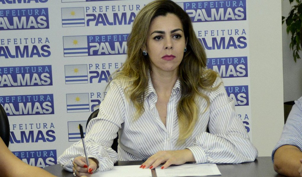 """Vice-prefeita de Palmas, Cinthia Ribeiro (PSDB), atualmente chefiando o Paço Municipal com a licença para tratamento de saúde do prefeito Carlos Amastha (PSB), negou que haja um acerto prévio entre seu grupo de que Amastha sairia como candidato a governador, ela a deputada federal e de que uma terceira pessoa assumiria o Paço; tucana disse que comentários não passam de """"meras especulações"""", mas admitiu que a política é """"cheia de novas nuances""""; """"O acerto que nós temos com a população é para o exercício do mandato ao qual nos foram conferidos. Agora, a política é cheia de novas nuances. Tudo pode acontecer num cenário favorável daqui para as próximas eleições. Vamos esperar para ver"""", disse Cinthia"""