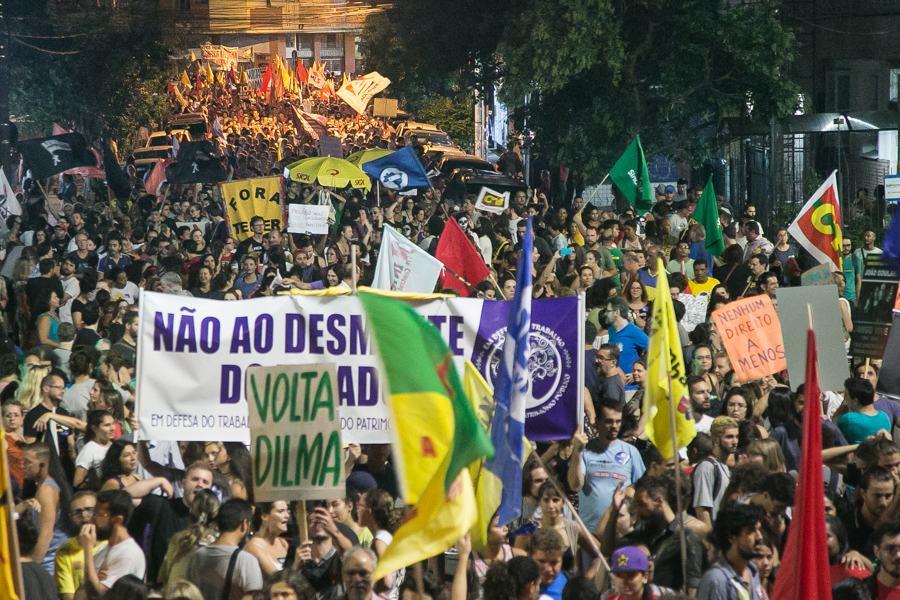 Milhares de pessoas participaram da marcha que encerrou a jornada de mobilização contra a Reforma da Previdência em Porto Alegre; segundo estimativa dos organizadores, cerca de 10 mil pessoas participaram do protesto, organizado pelas frentes Brasil Popular e Povo Sem Medo, por sindicatos, centrais sindicais e movimentos sociais; o ato exibiu uma unidade inédita até então: além das duas frentes, seis centrais sindicais, dezenas de sindicatos e movimentos sociais, contou também com a participação de partidos como o PT, PSOL, PCdoB, PSTU e PCB