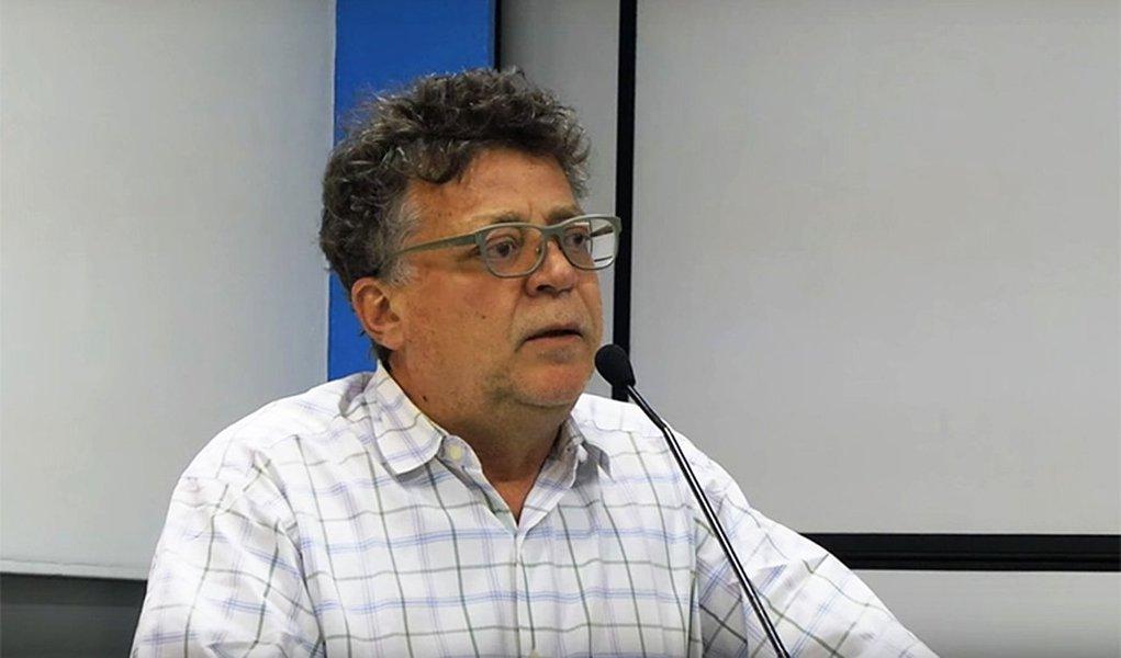 """Economista Eduardo Fagnani, professor associado da Unicamp afirma que o governo Michel Temer pratica uma """"pedalada constitucional""""; ele explica que a Constituição Brasileira adotou o modelo tripartite de financiamento do setor, segundo o qual Estado, empregadores e trabalhadores contribuem; mas desde 1989, o Ministério da Fazenda passou a mão nos recursos da CSLL e do Cofins e a Previdência passou a contabilizar apenas a contribuição do trabalhador e do empregador; """"Ao fazer isso, a União nega que a Previdência faça parte da Seguridade Social, em confronto com os artigos 194 e 195 da Constituição"""", afirma"""