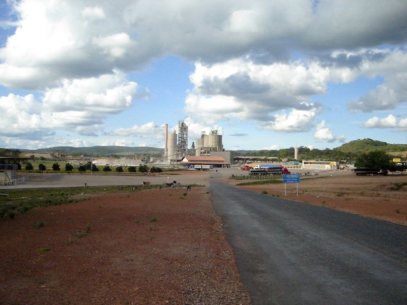 Cidade de Fronteiras, que representava o segundo maior PIB per capita no Piauí em 2014, viveu a demissão de 480 pessoas em um mesmo dia;a Fábrica de Cimento Itapissuma, do Grupo Nassau, fechou as portas e mandou todos os seus trabalhadores para o olho da rua, destaca o jornalista Fernando Brito, do Tijolaço; em 2014, havia 1.365 pessoas empregadas na cidade