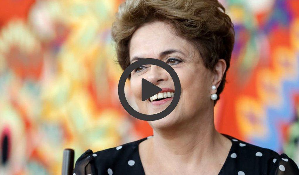 """Em vídeo postado nas suas redes sociais, a presidente deposta Dilma Rousseff celebra o Dia Internacional da Mulher, comemorado nesta quarta-feira, e conclama as mulheres do Brasil a resistir ao golpe e a tentativa de desmonte das políticas criadas nos governos do PT; """"No Brasil, estamos na residência contra o desmonte das políticas criadas nos nossos governos com ampla participação das mulheres""""; """"Nós vamos lutar contra o retrocesso, vamos resistir ao golpe e lutar pela democracia que nós construímos. Para nós, mulheres, a democracia é o lado certo da história"""", disse Dilma"""