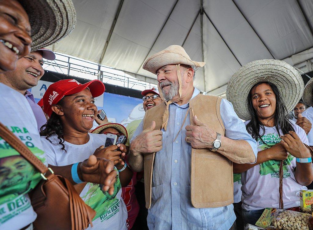 """O ex-presidente Luiz Inácio Lula da Silva também cutucou o governo de Michel Temer, que ascendeu por meio de um golpe; petista afirmou que gosta """"de resolver tudo democraticamente""""; """"Essa gente resolveu infernizar minha vida achando que eu ia baixar a cabeça"""", continuou Lula, que iniciou sua caravana pela Bahia, para participar de um encontro com prefeitos e vereadores de diversos partidos em Feira de Santana"""